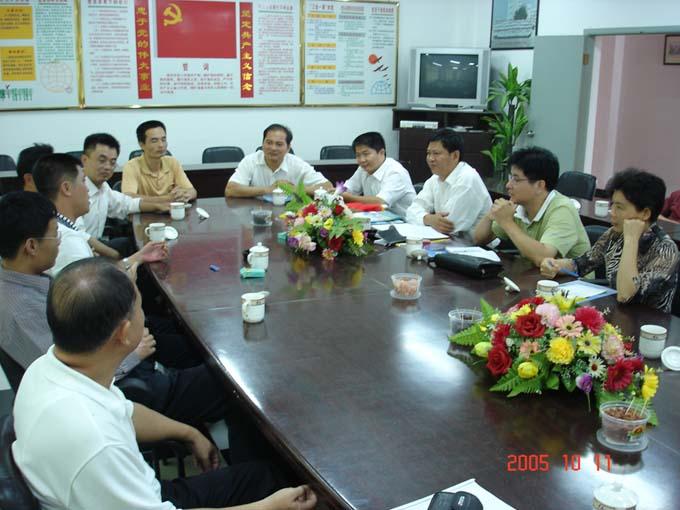 ...侨声中学办公室王宽购主任的带领下我校领导还参观了学校的...